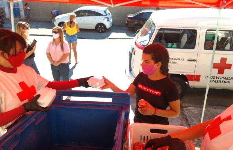 Moradores do Alemão recebem mil hambúrgueres do projeto Mesa Brasil Sesc RJ