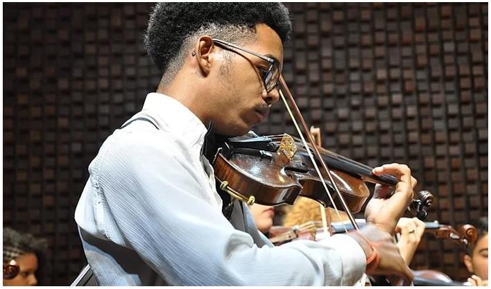 Violinista do Alemão faz campanha virtual para comprar instrumento
