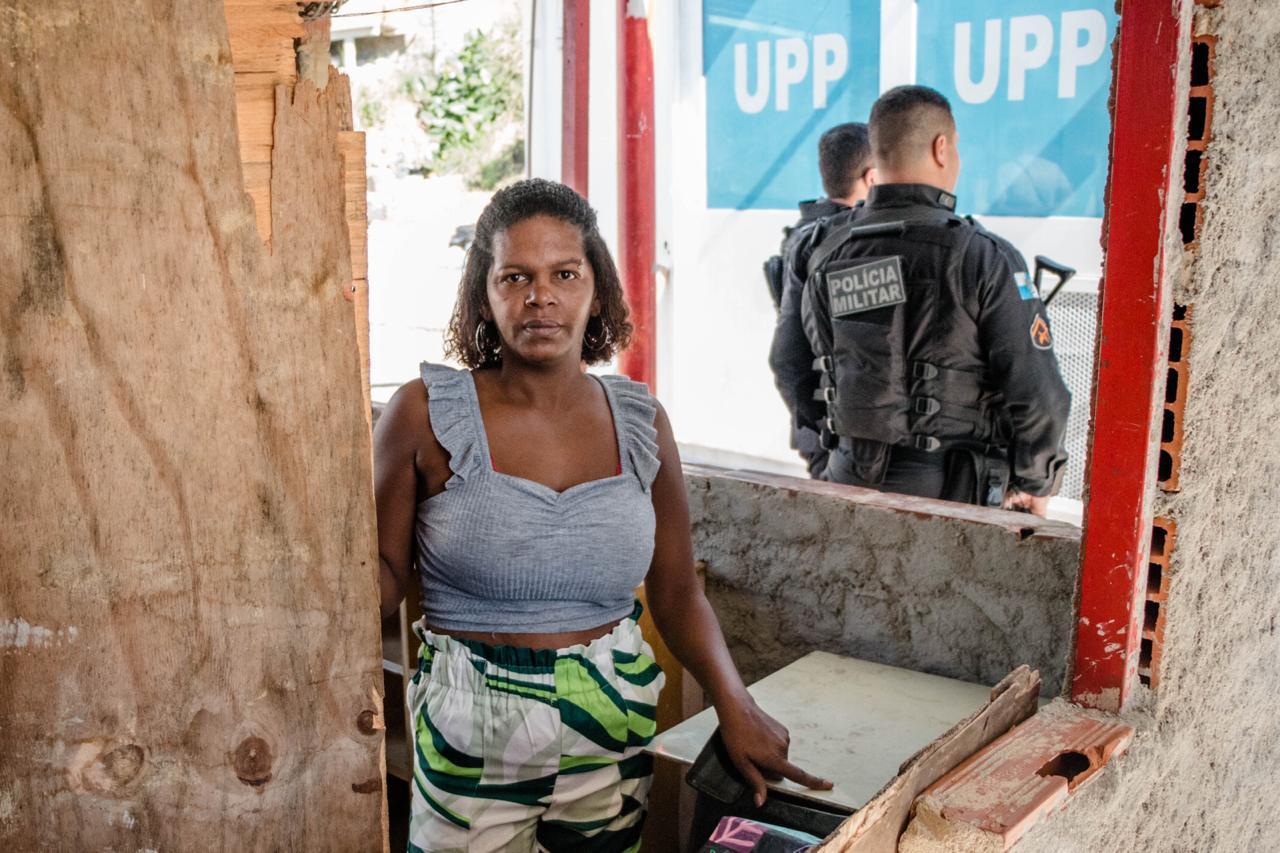 Moradora do Alemão não consegue mais trabalhar após UPP instalar cabine blindada na porta do seu comércio