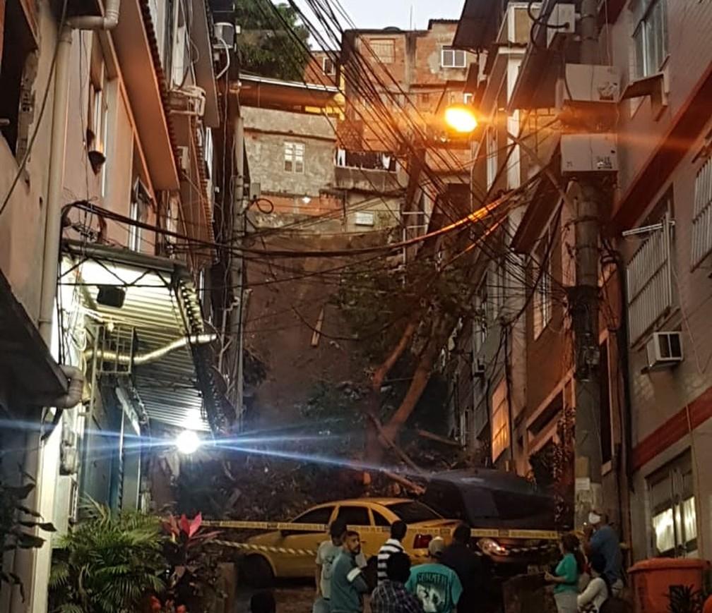 Encosta desliza no alto do Morro da Mangueira