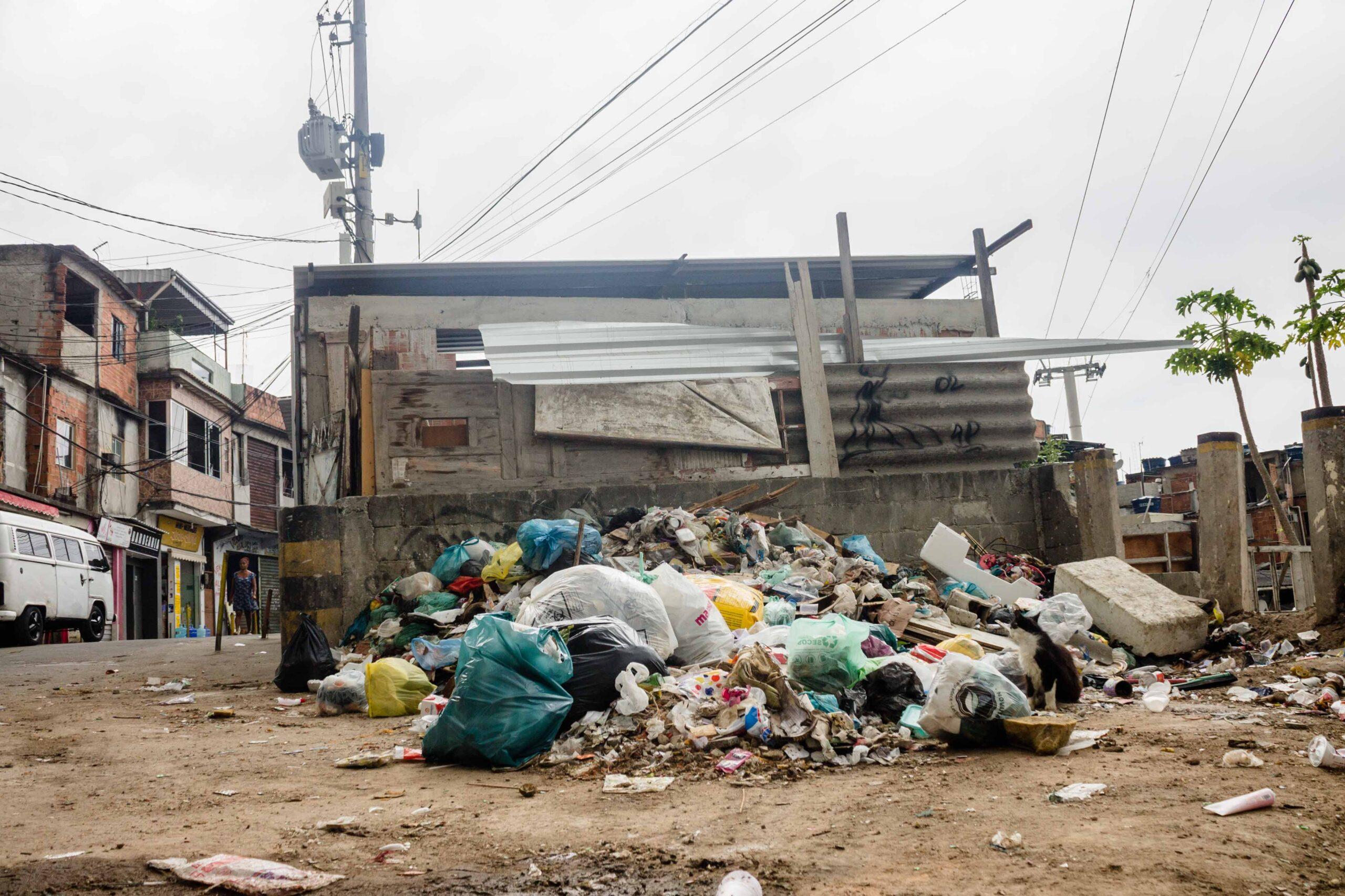 Associação de moradores precisa de ajuda para coleta de lixo no Complexo do Alemão