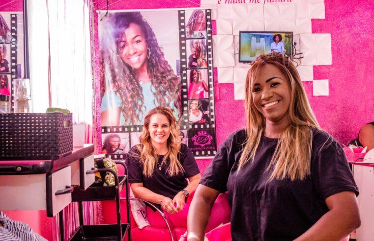 Nas redes e nas favelas ela está transformando cabelos e unhas das mulheres