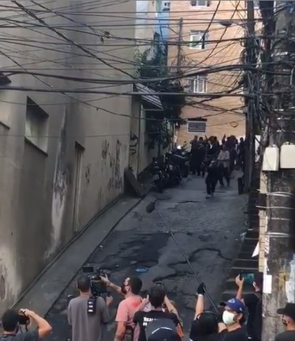 Vídeo de supostos traficantes apontando armas para policiais na Rocinha NÃO é real