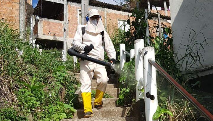 Cedae realiza sanitização em 10 favelas esta semana; devido à chuva, trabalhos começam apenas na quarta