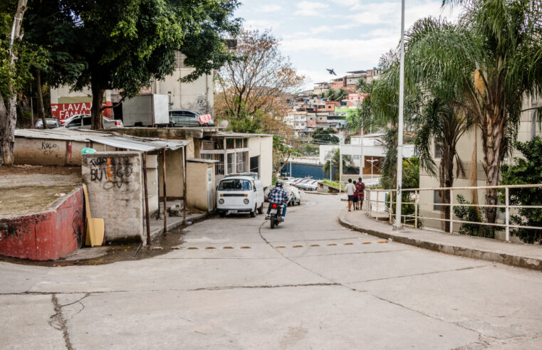 Uso de carros por aplicativos aumenta nas favelas, mas moradores ainda reclamam do atendimento dos motoristas