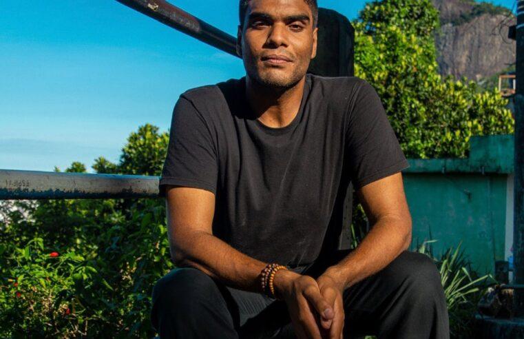 Cria da comunidade, jornalista Edu Carvalho lança livro 'Na curva do S: Histórias da Rocinha'