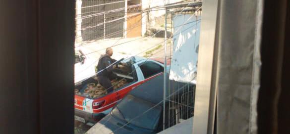 PM usa carro do gás como escudo no Complexo da Penha na manhã de hoje