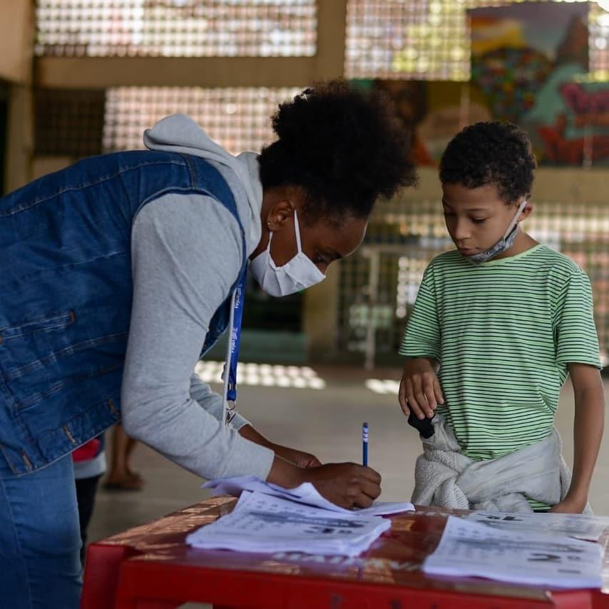 Educação na Quarentena: moradora do Morro dos Prazeres ajuda crianças da comunidade