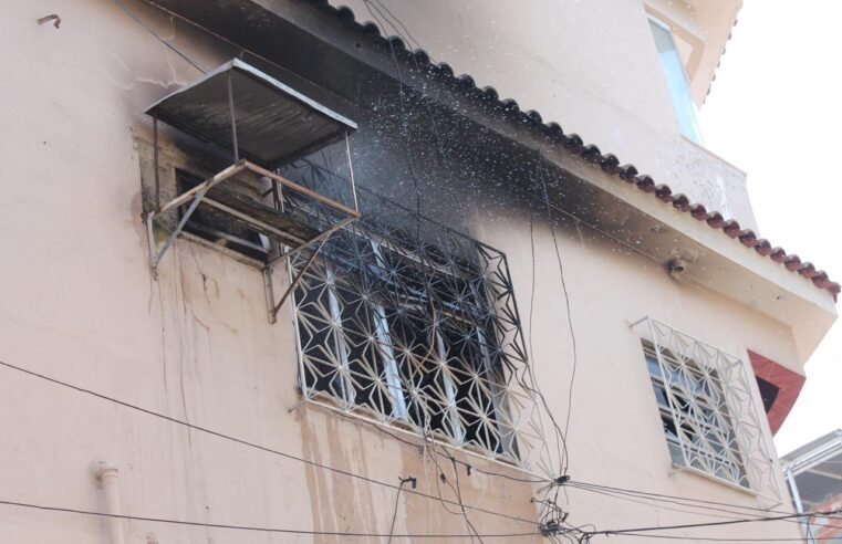 VÍDEO: Casa pega fogo no Complexo do Alemão