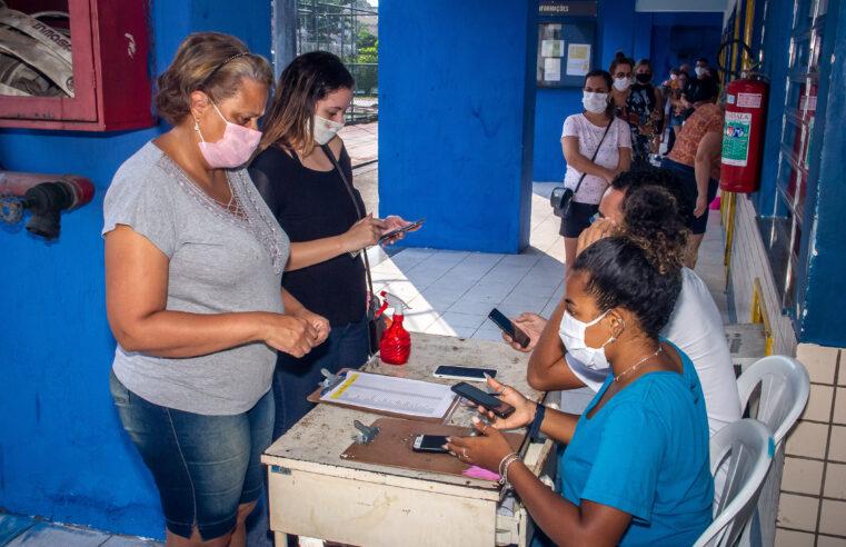 Primeiro dia de testagem de moradores do Alemão para Covid tem quase metade dos exames com resultado positivo