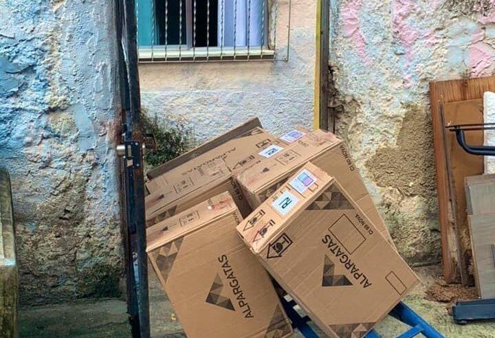 Chinelos que seriam doados foram roubados após invasão na sede do Coletivo Papo Reto