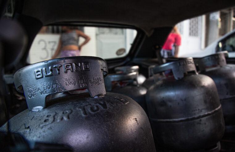 Projetos se unem para continuar ação que doa gás para mulheres no Morro da Providência