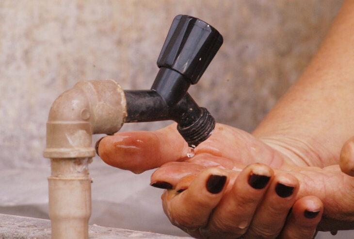 """""""Parece esgoto"""" diz moradora do Alemão ao registrar água escura na torneira de casa"""