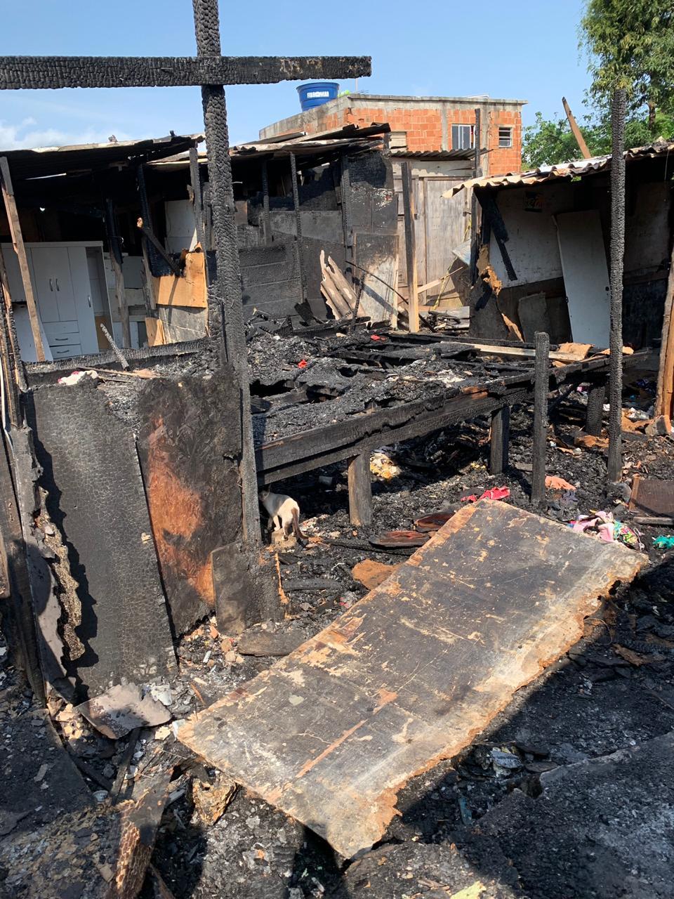 Cinco casas pegam fogo na Cidade de Deus e famílias pedem ajuda para recomeçar