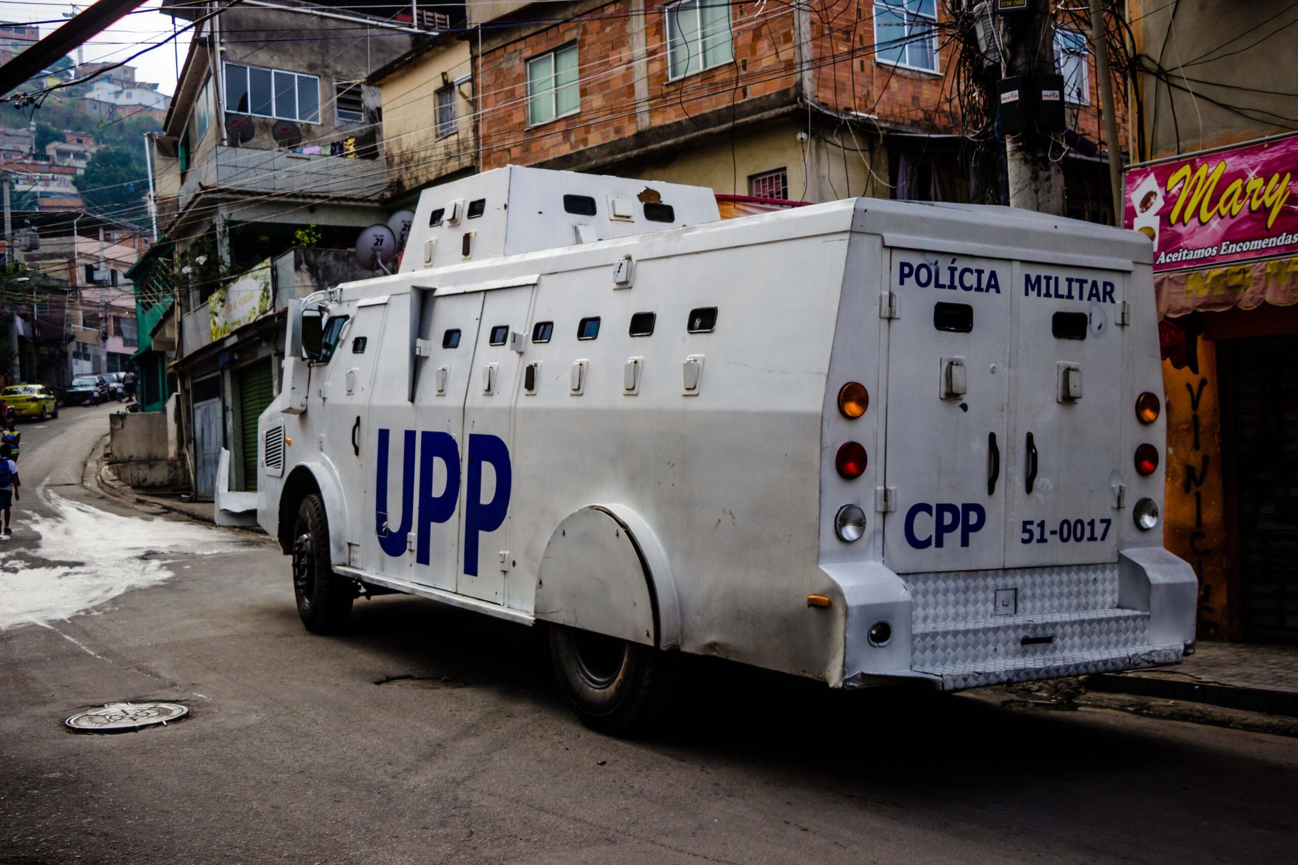 Manhã de tiroteio em favelas do Rio assusta moradores e deixa policial baleado