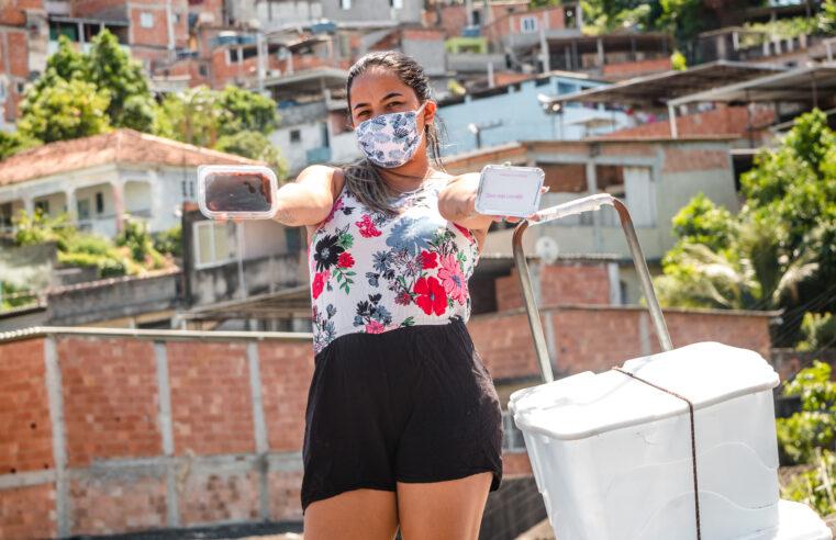 """""""Vem que tá barato e tá gostoso"""": vendedora de guloseimas é sucesso no Complexo da Penha"""