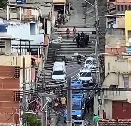 Tiroteio no Complexo do Lins assusta moradores na tarde desta segunda (26)