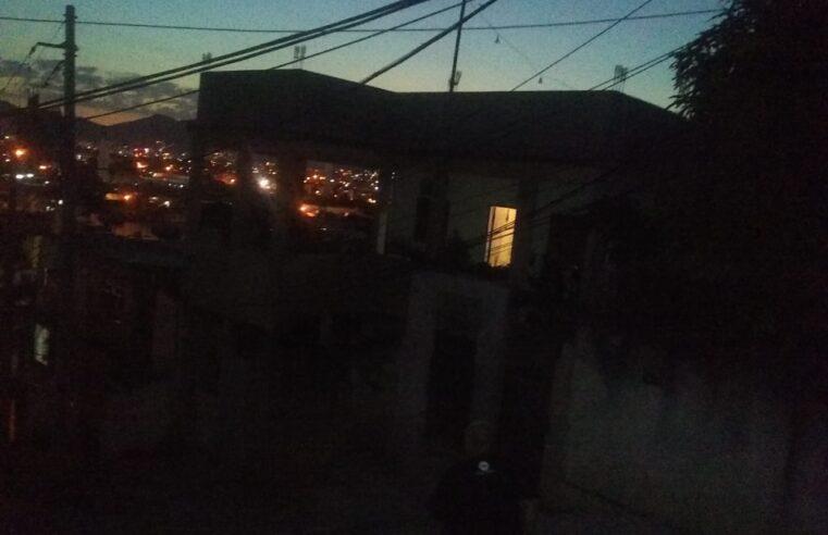 Moradores sofrem com postes sem luz no Morro do Adeus