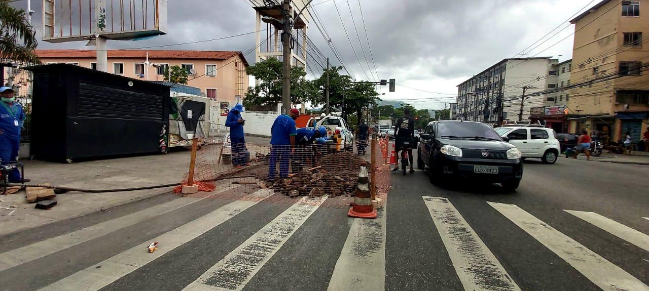 Agentes da Cedae realizam reparo em vazamento de água na Itararé