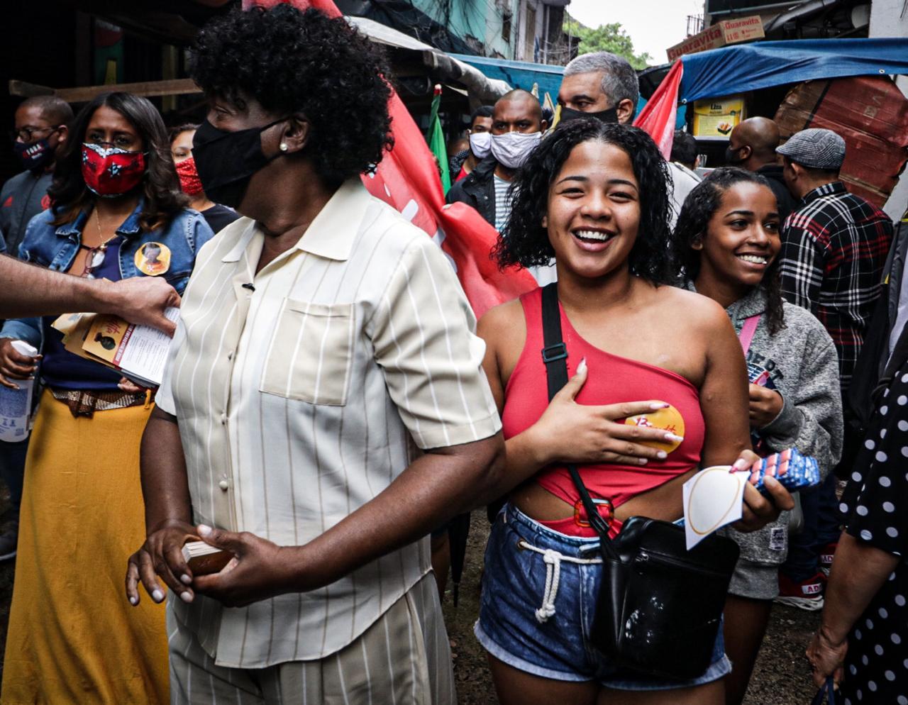 Candidata Benedita da Silva (PT) faz caminhada na Rocinha e no Santa Marta