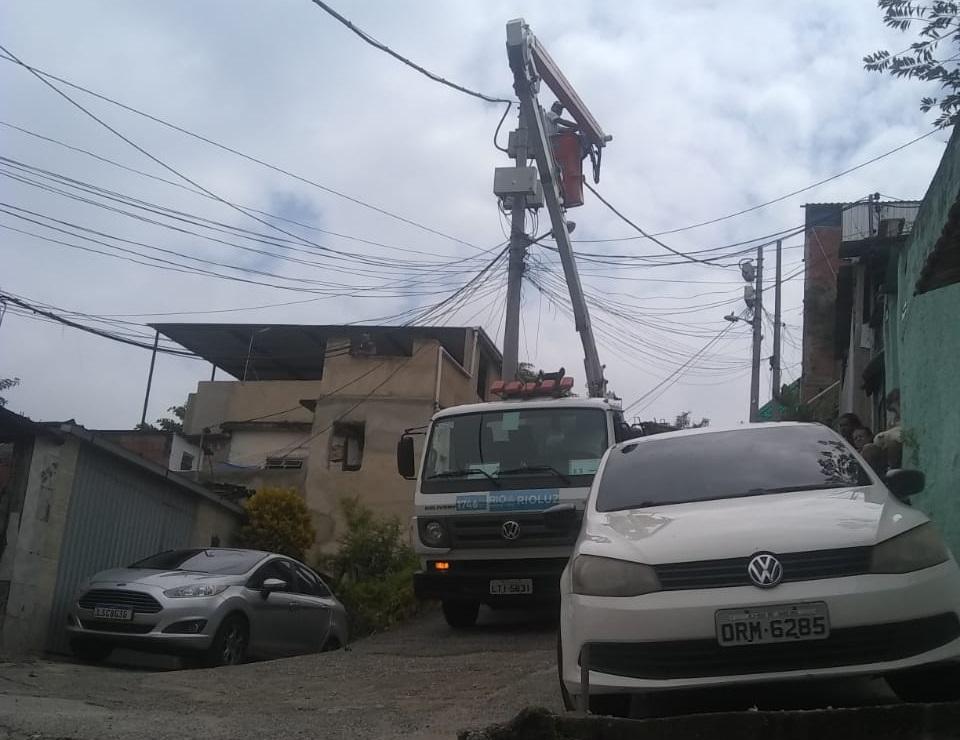 Equipes da Rio Luz realizam reparo em postes sem iluminação no Morro do Adeus
