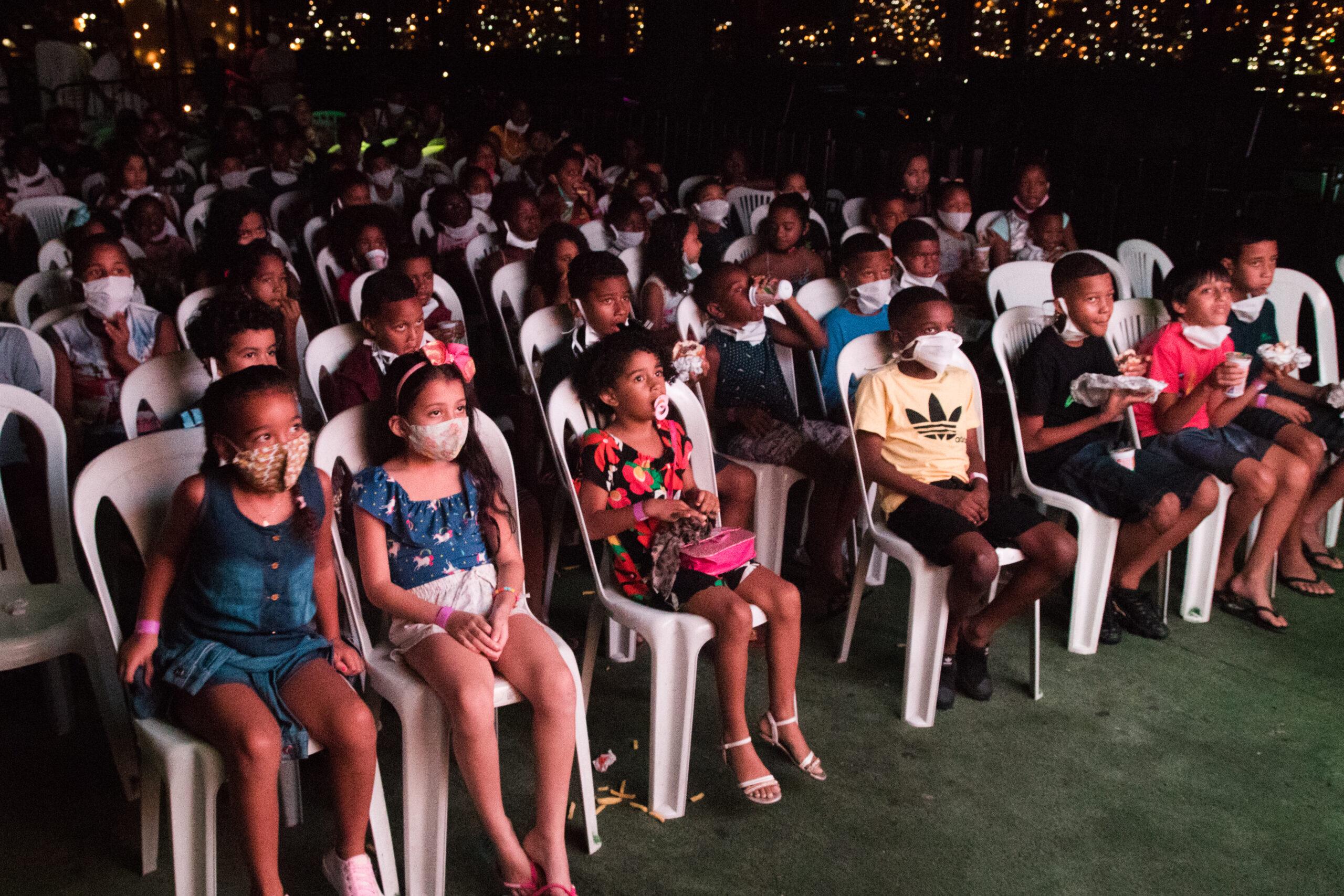 """Projeto """"Cinema no Morro"""" reúne mais de 250 crianças na Vila Cruzeiro"""
