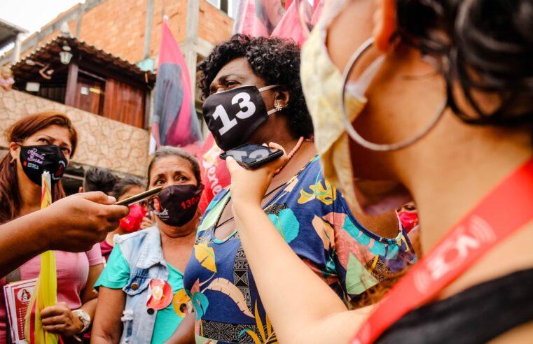 Benedita da Silva (PT) faz caminhada pela Cidade de Deus