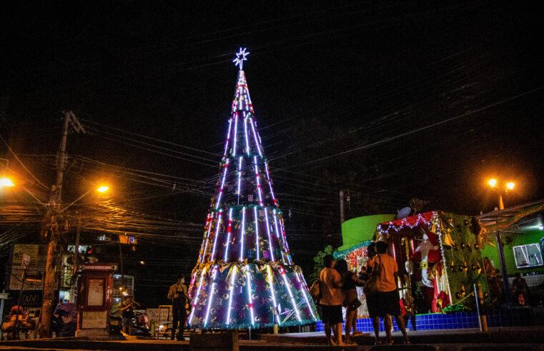 Árvore de Natal de 14 metros é inaugurada no Complexo do Alemão