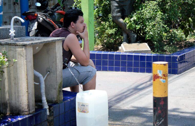 Bica do Moto-táxi é único ponto com água para muitos moradores no Alemão