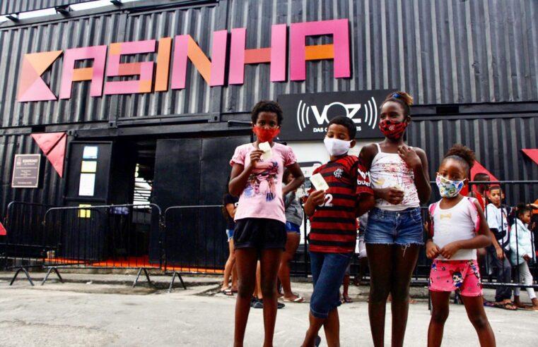 Mais de 300 crianças da Vila Cruzeiro participam do 'Cinema no Morro' edição de Natal