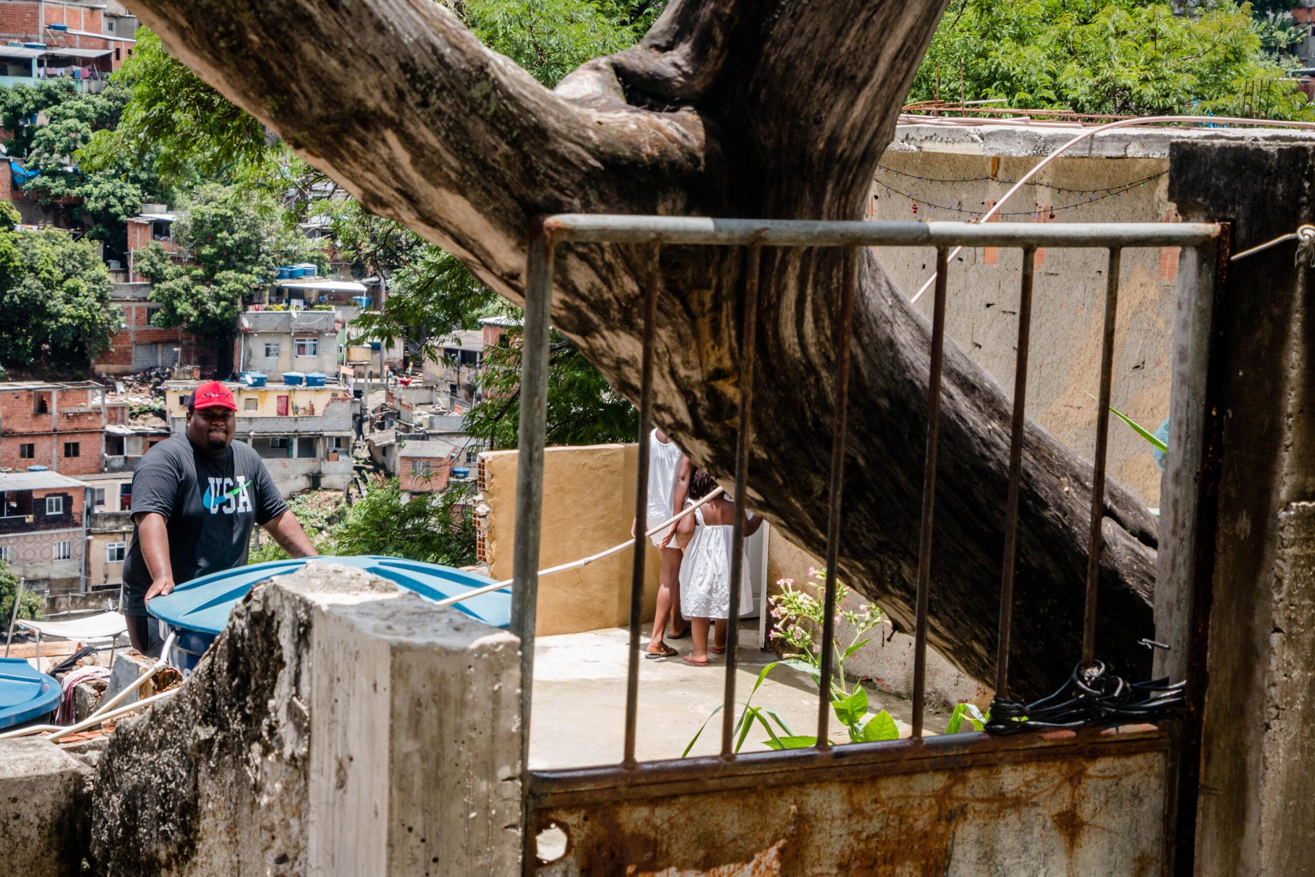 Moradores do Alemão ficam 'presos' por mais de 7 horas dentro de casa após queda de árvore no portão