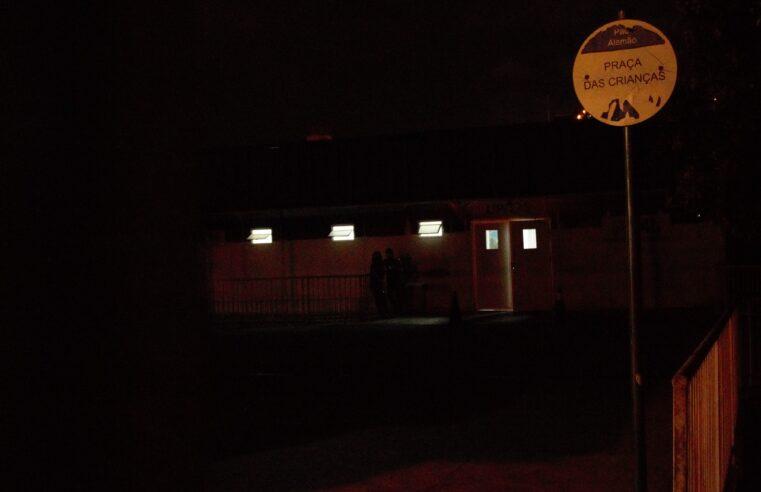 Dez dias de descaso: entrada da UPA do Alemão continua sem luz