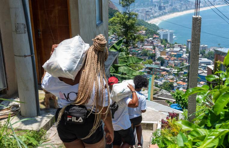 Ação de Natal do Voz das Comunidades chega ao Vidigal com distribuição de 200 cestas básicas