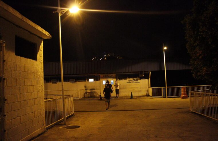 Após 10 dias no escuro, entrada da UPA do Alemão volta a ter iluminação