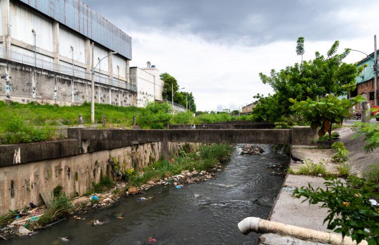Rio Faria Timbó segue abandonado e moradores pedem atenção ao local