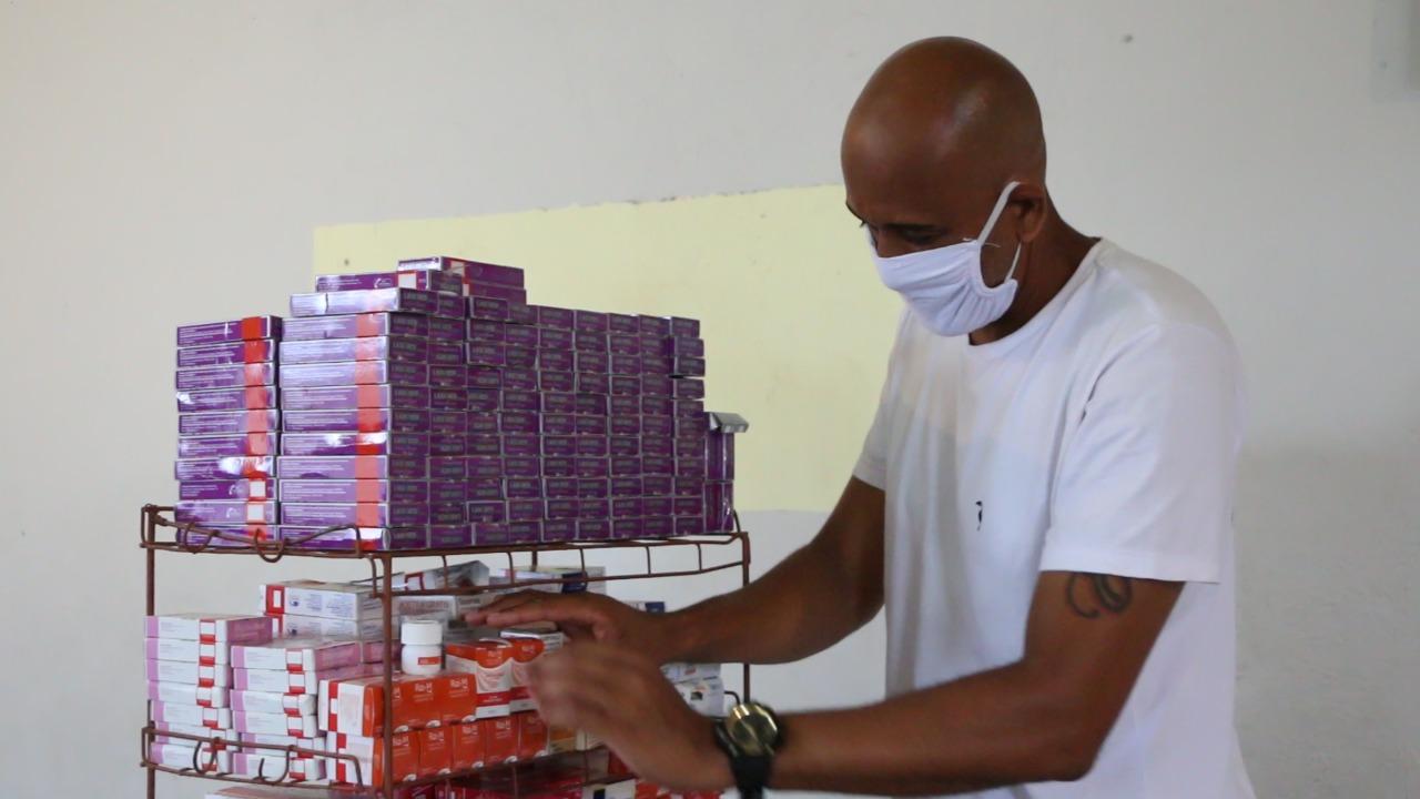 Remédios são distribuídos gratuitamente em projeto de farmácia popular no Alemão