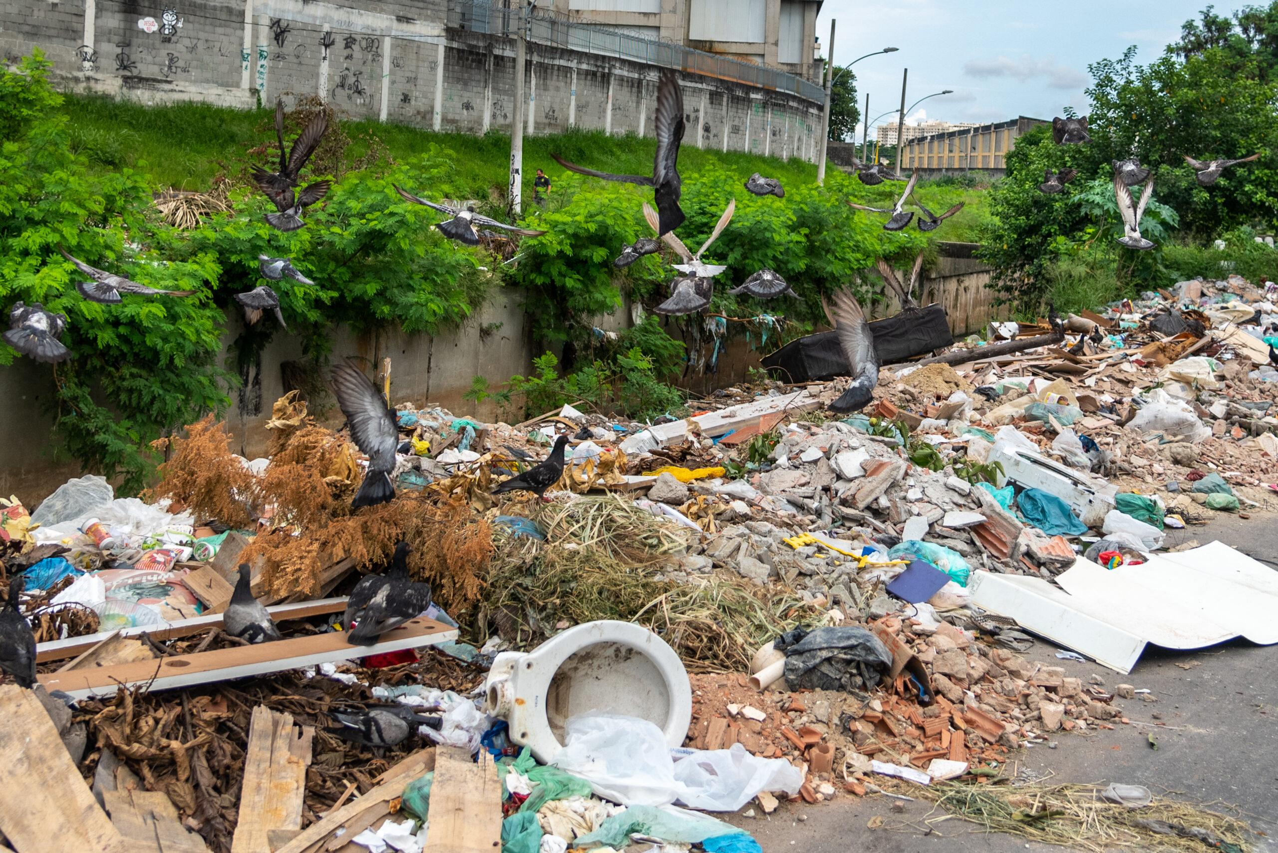 Acumulo de lixo pelas ruas é um dos problemas que moradores do Alemão têm enfrentado