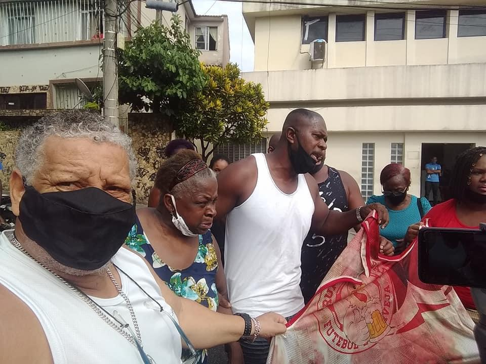 Familiares do gari morto no Complexo da Penha protestaram pedindo por justiça
