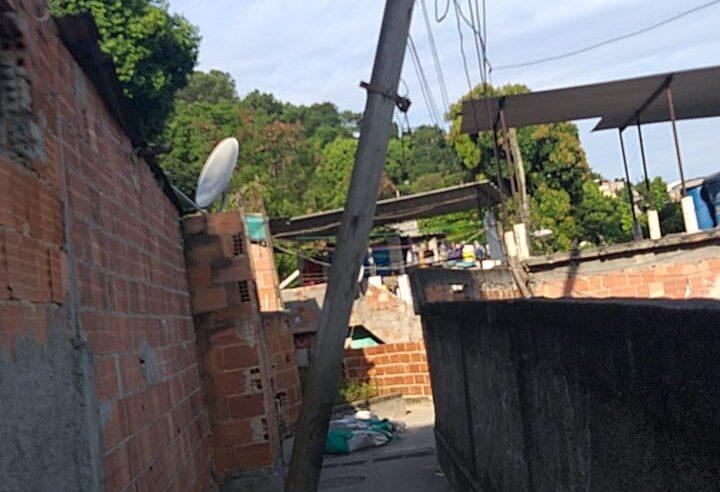 Moradores do Areal no Alemão sofrem com situação precária dos postes de energia