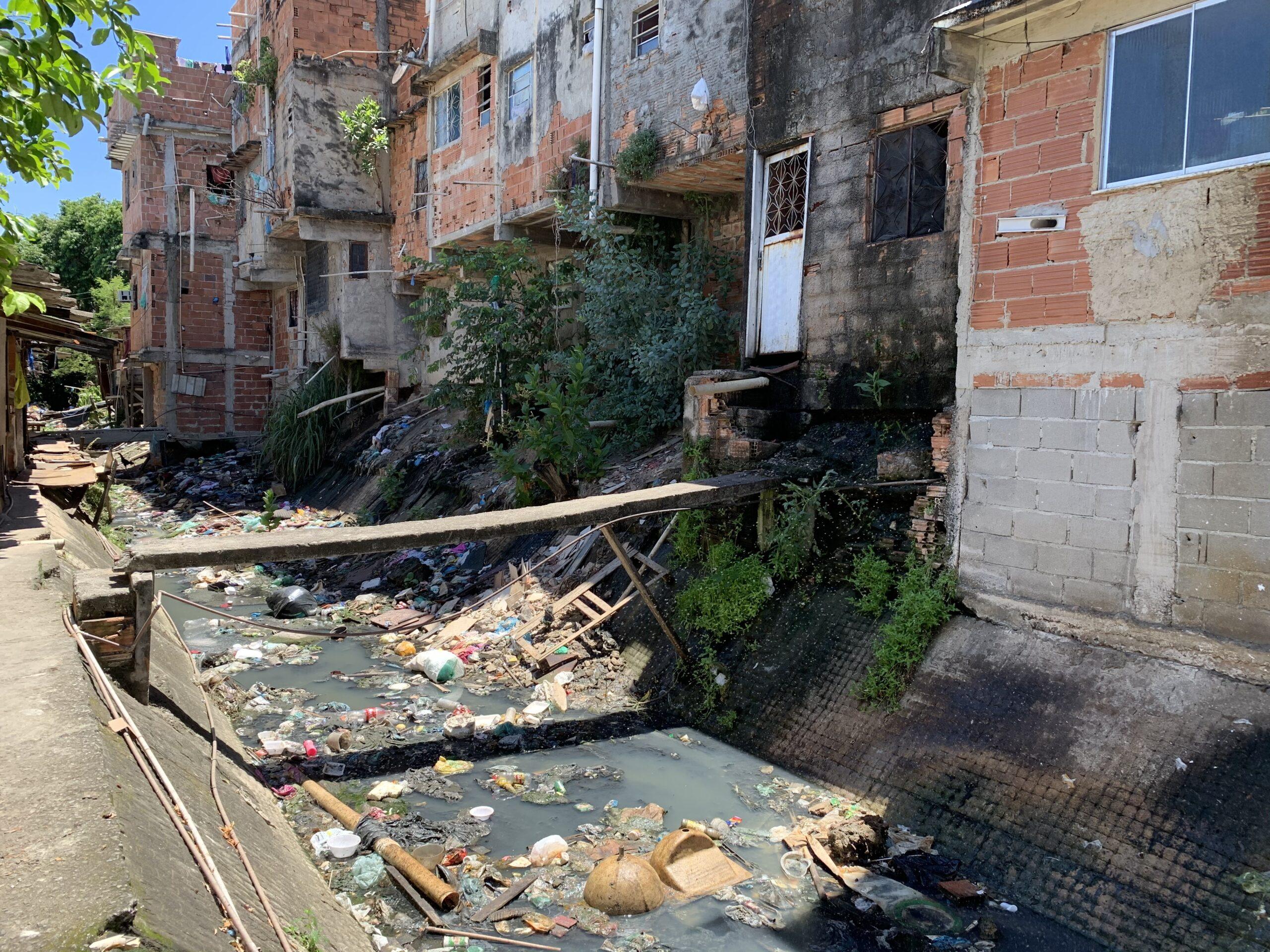 Esgoto a céu aberto e lixo em valão tomam conta da região das Casinhas, no Complexo do Alemão