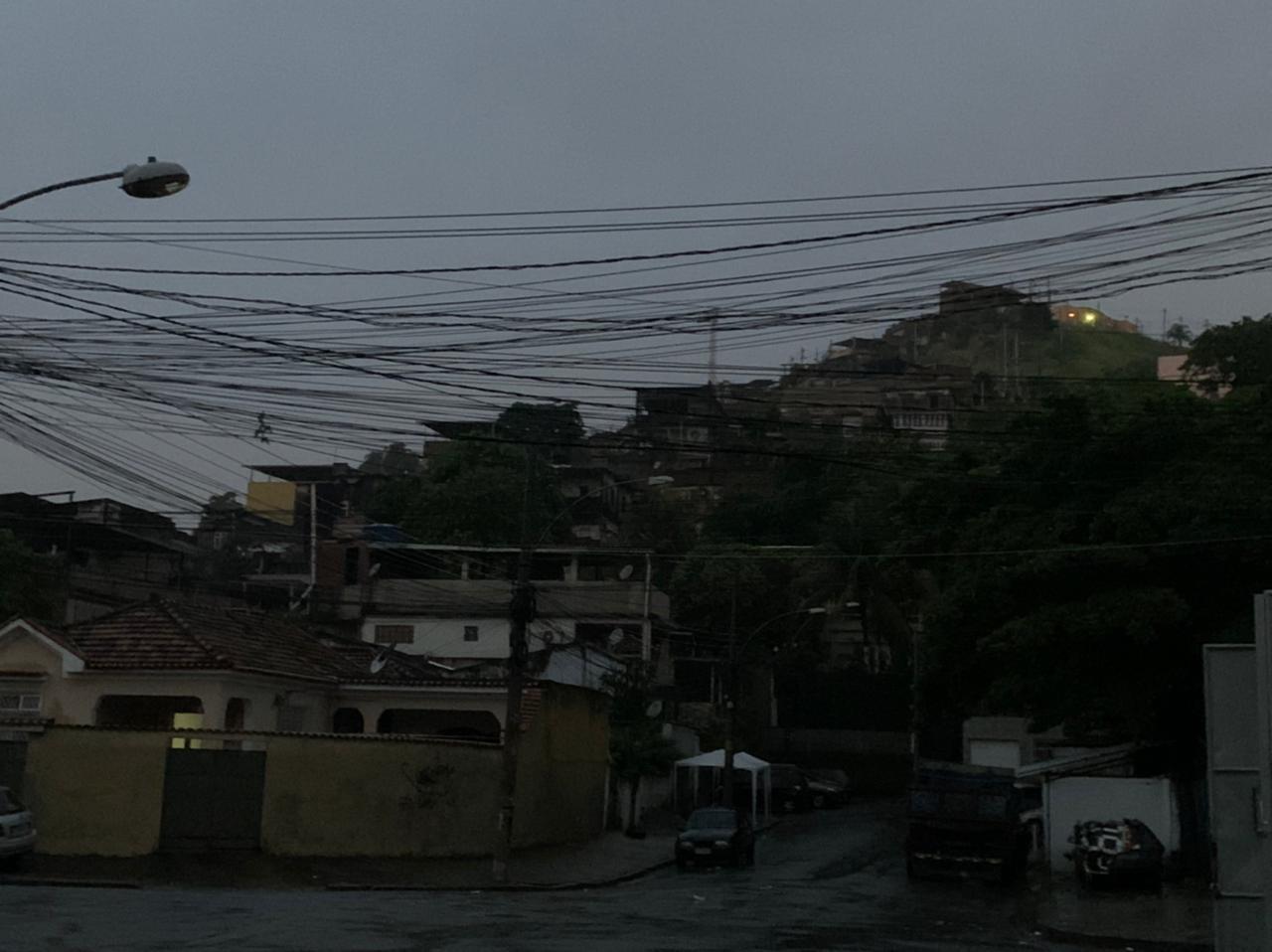Chuva, alagamentos e falta de energia marcam a noite desta sexta em algumas favelas do Rio