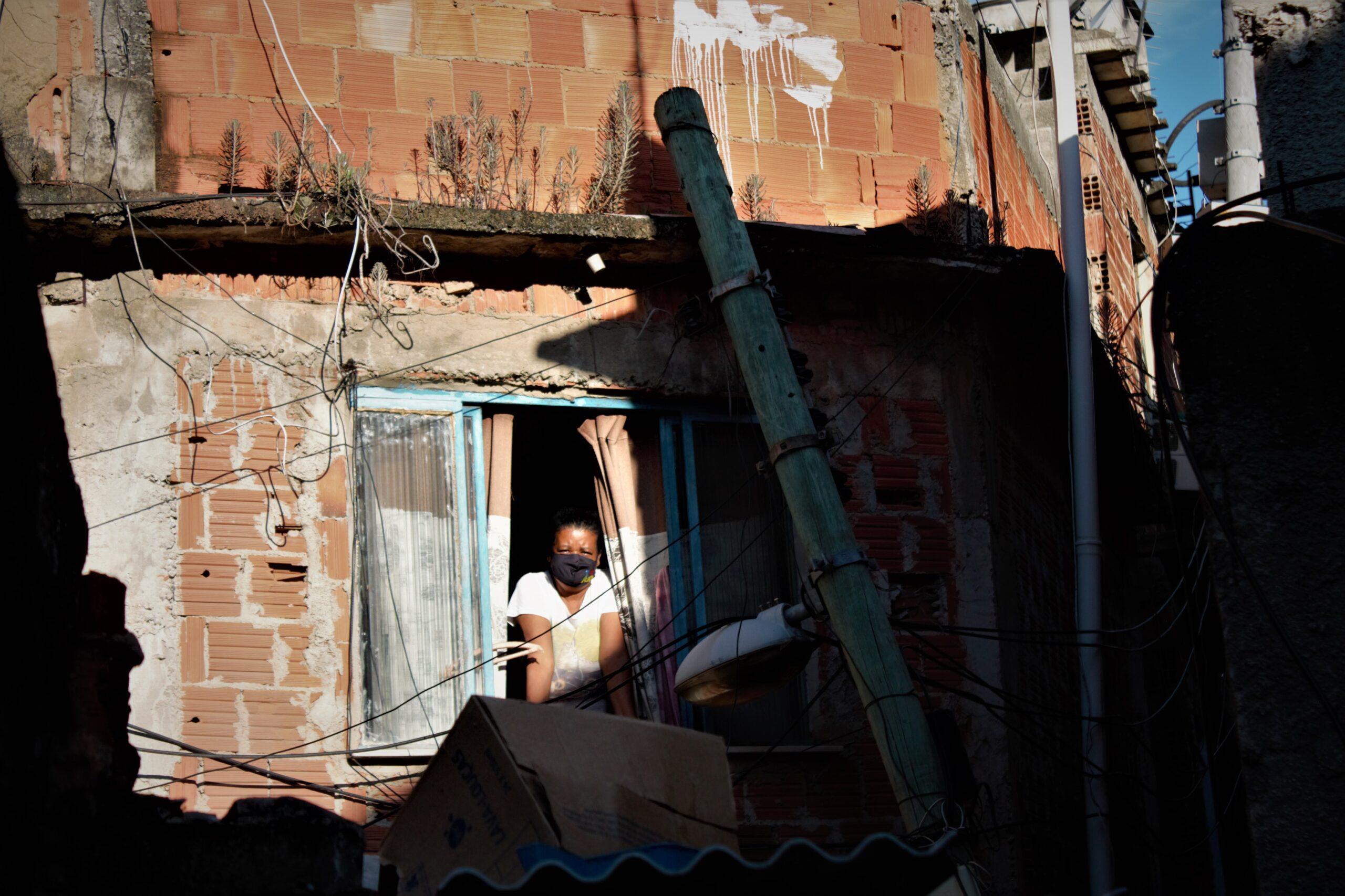 Poste de luz cai no Capão, fica escorado em janela e pode causar acidente a qualquer momento