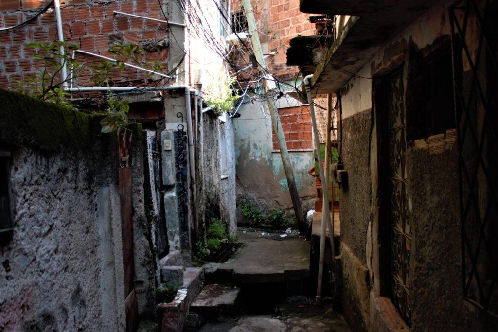 O poste está escorado na casa da dona Maria Santana e na passagem dos moradores.