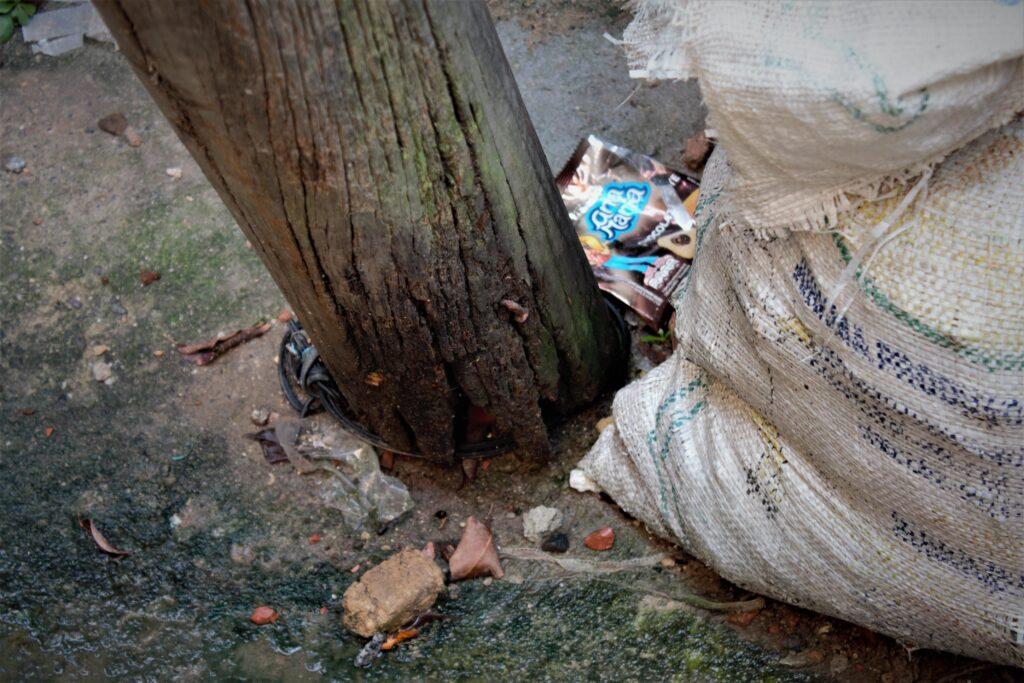 Os postes da localidade do Capão estão com a estrutura mofada e inclinados podendo cair a qualquer momento.