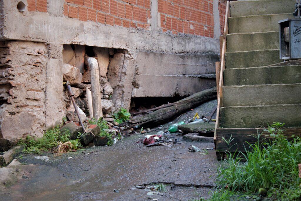 Mais um poste próximo aos caídos, esse os próprios moradores colocaram em um canto assim que tombou.