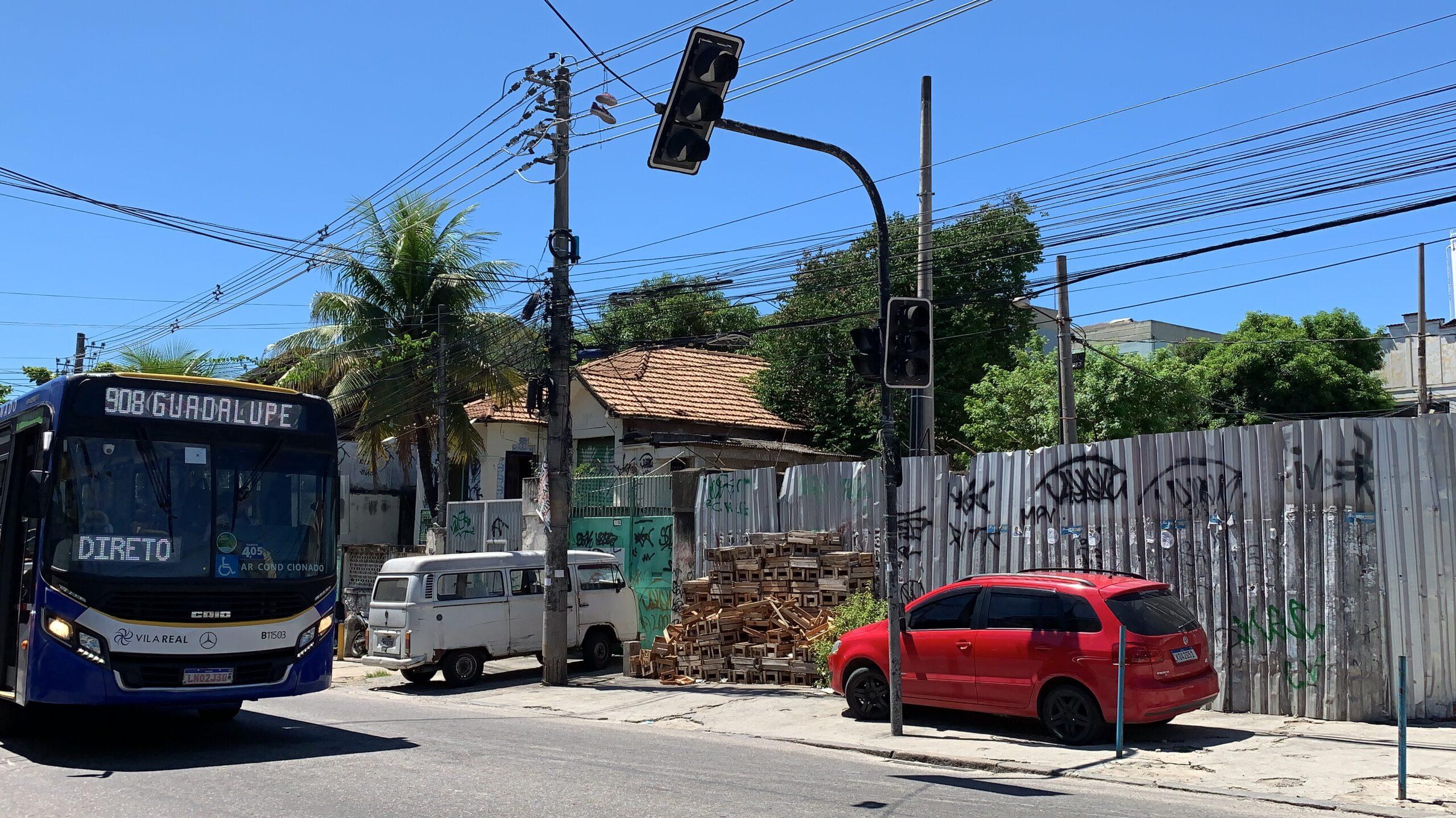 Sem faixa de pedestres e semáforo apagado, sinal da Nova Brasília vira enfeite
