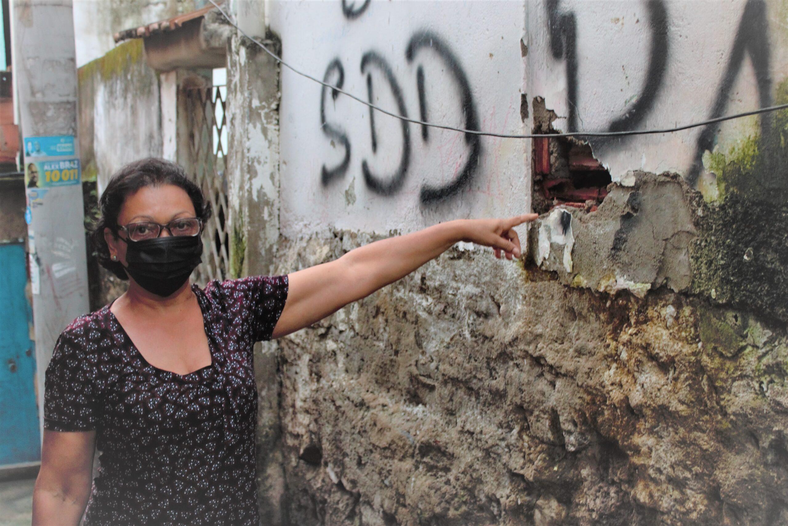 Esgoto invade casa de moradora no Alemão há um mês provocando mau cheiro e pragas urbanas