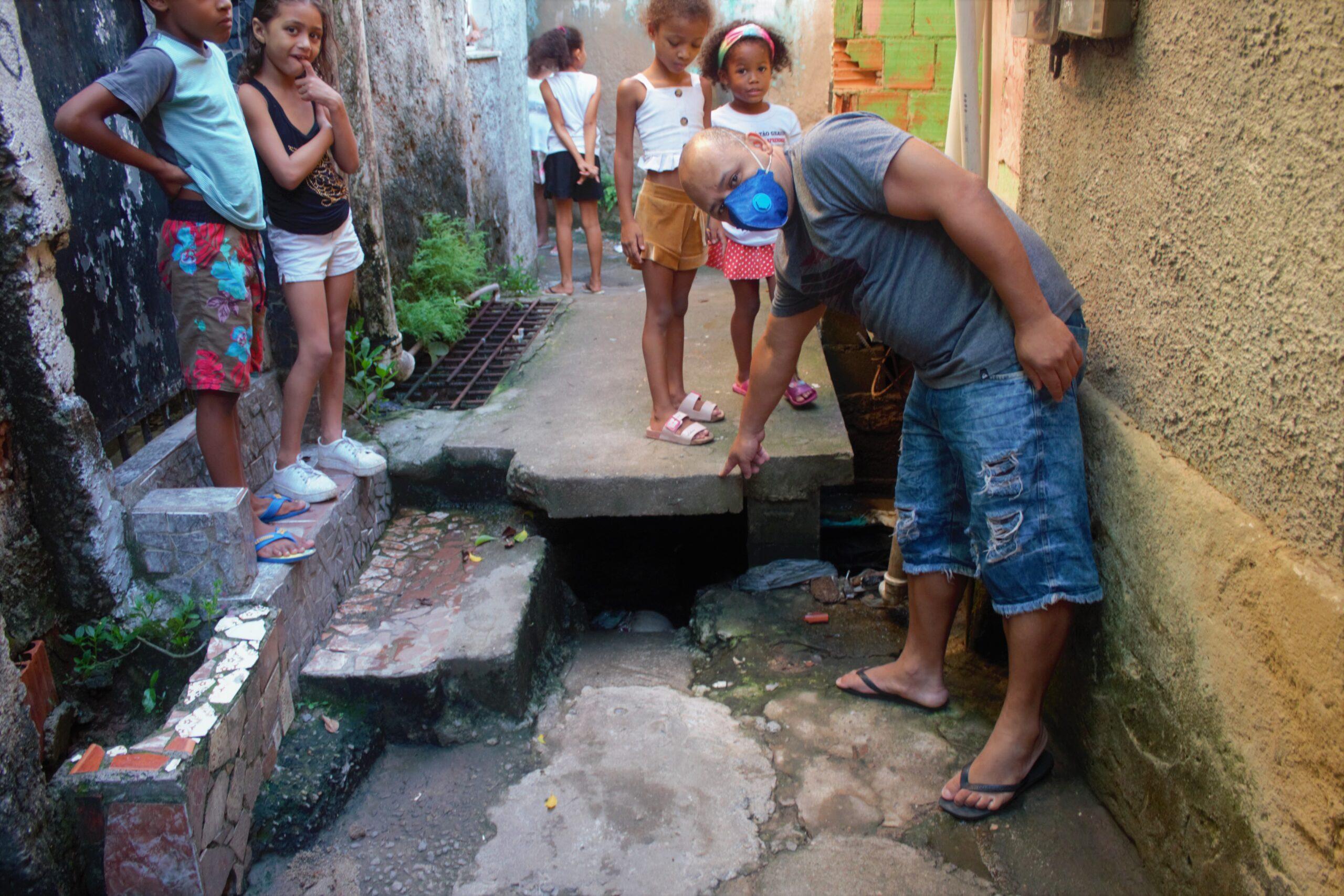 Buracos na localidade do Capão impossibilitam a passagem de moradores