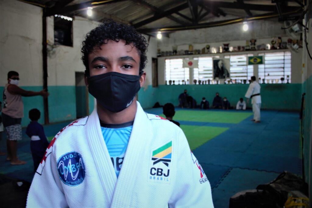 Selo de campeão brasileiro no ombro esquerdo de Victor Hugo