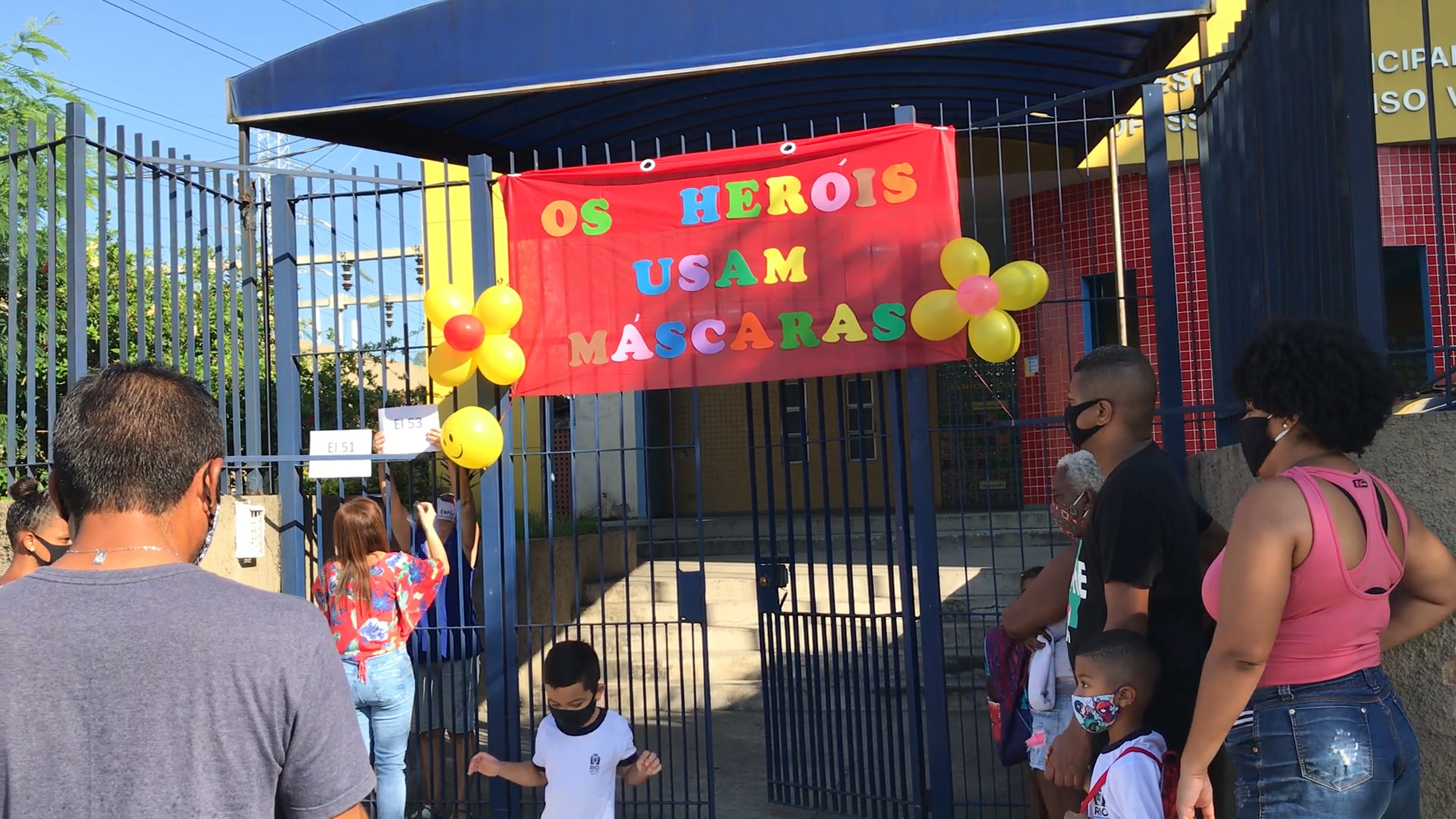 Alunos da Escola Municipal Afonso Várzea, no Complexo do Alemão, voltam a ter aulas presenciais